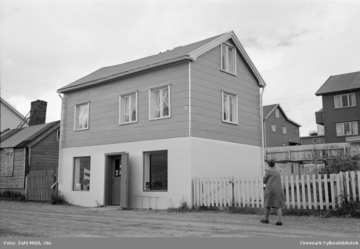 Fotografier fra Vadsø i tidsrommet 1967-68. Hus, lekeplass (1969), gammelt hus. Marie B's Hus (1967) og bjørketrær. Huset er dekket med eternit-plater. Navnet kommer av at materialet skal kunne stå i all tid. (fra engelsk eternity = evighet) Materialet ble mest lagd av asbestfibre blandet med sement i forholdet 1:9.