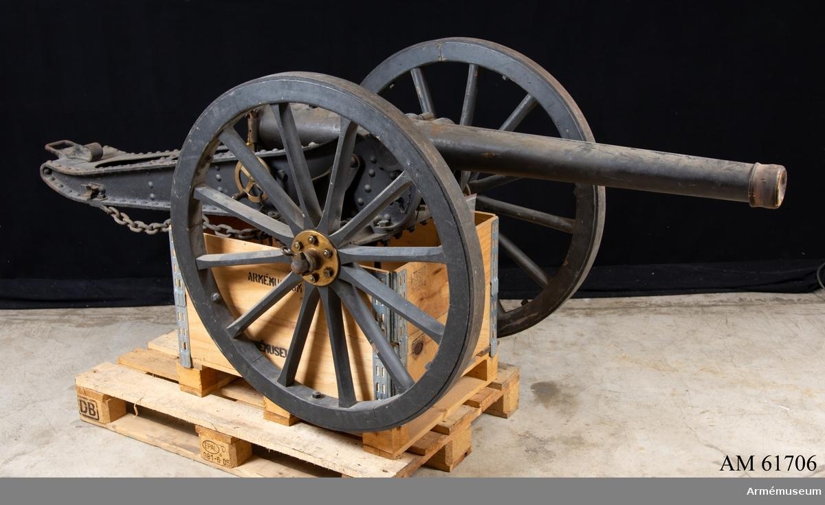 Grupp F I. Eldrör till 65 mm räfflad bergskanon, Frankrike. 1882. Samhörande är eldrör, lavett, viskare, ansättare, låda med reservdelar till bakladdningsmekanism samt verktyg och mynningsfodral. Eldröret är bakladdat.