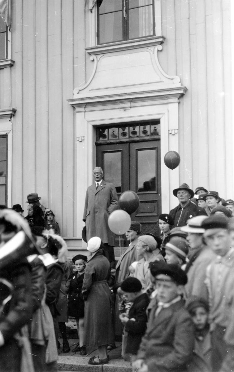 Borgmästare Zimdahl talar från rådhustrappan på Barnens dag 1935.