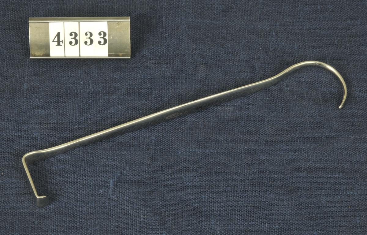 Kirurgiskt instrument, hake, från 1900-talets första del. Har använts vid militära sjukhus.