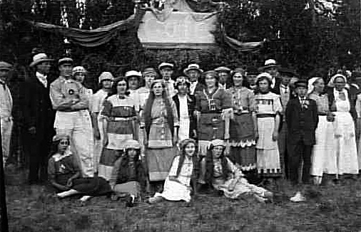 EN GRUPP FEST/-O UTKLÄDDA PERSONER FRAMFÖR ETT CAFÉSTÅND.1884 bildades den första svenska blåbandsföreningen (nykterhetsrörelse).
