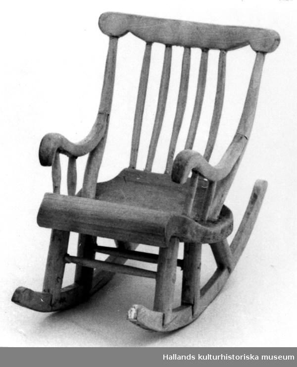 Skulptur av trä. Gungstol, modell från Sibbarp.