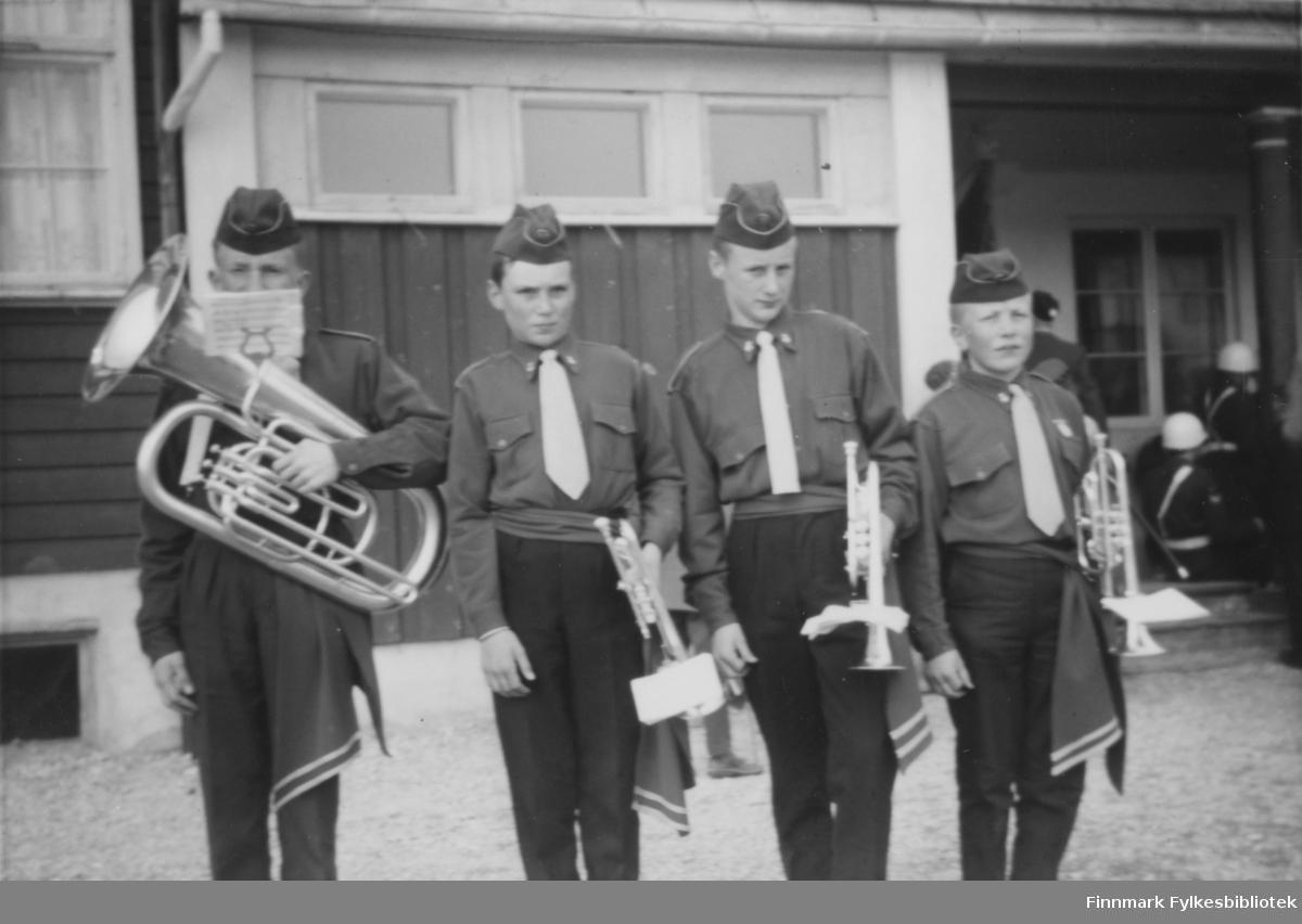 Børselv skolemusikkorps i 17. mai, 1962. Fra venstre: med tuba Terje Aronsen, Ottar Ratama, Sven Ratama og John Kristiansen.
