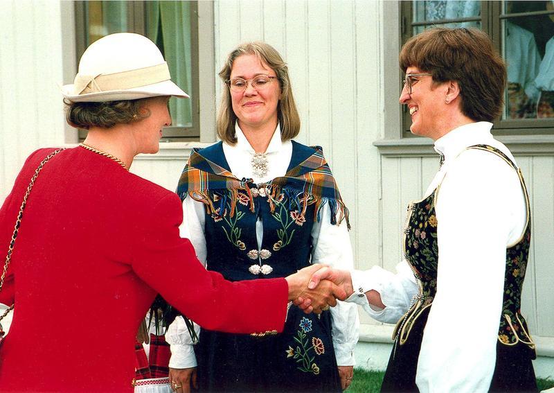 Fra åpningsdagen 31. mai 1995. HKH Dronning Sonja, direktør Kari Sommerseth Jacobsen og styreleder Åsne Stolpe utenfor Kvinnemuseet. Foto: Tilhører Åsne Stolpe.
