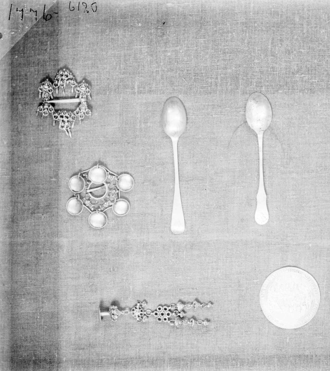 Teskje av sølv. Skjeen har gravert dekor av barokkskjell på baksiden av skjehodet.