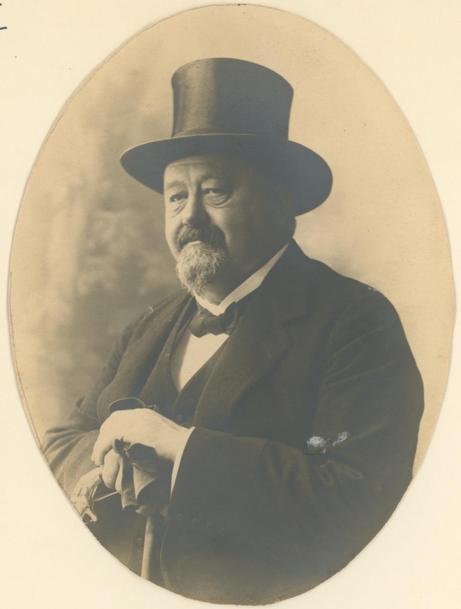 """Christen Sandberg (1861-1918), konsul og forfatter (under psevd. """"Birger Widt""""). Bodde på """"Blåmyra"""" (nå Solefallsveien) på Jeløy.  Bilde 1: Maleri av Edvard Munch (olje på lerret), produsert 1914-15, avfotografert i sort/hvitt.  Bilde 2: Fotografi, ukjent årstall."""