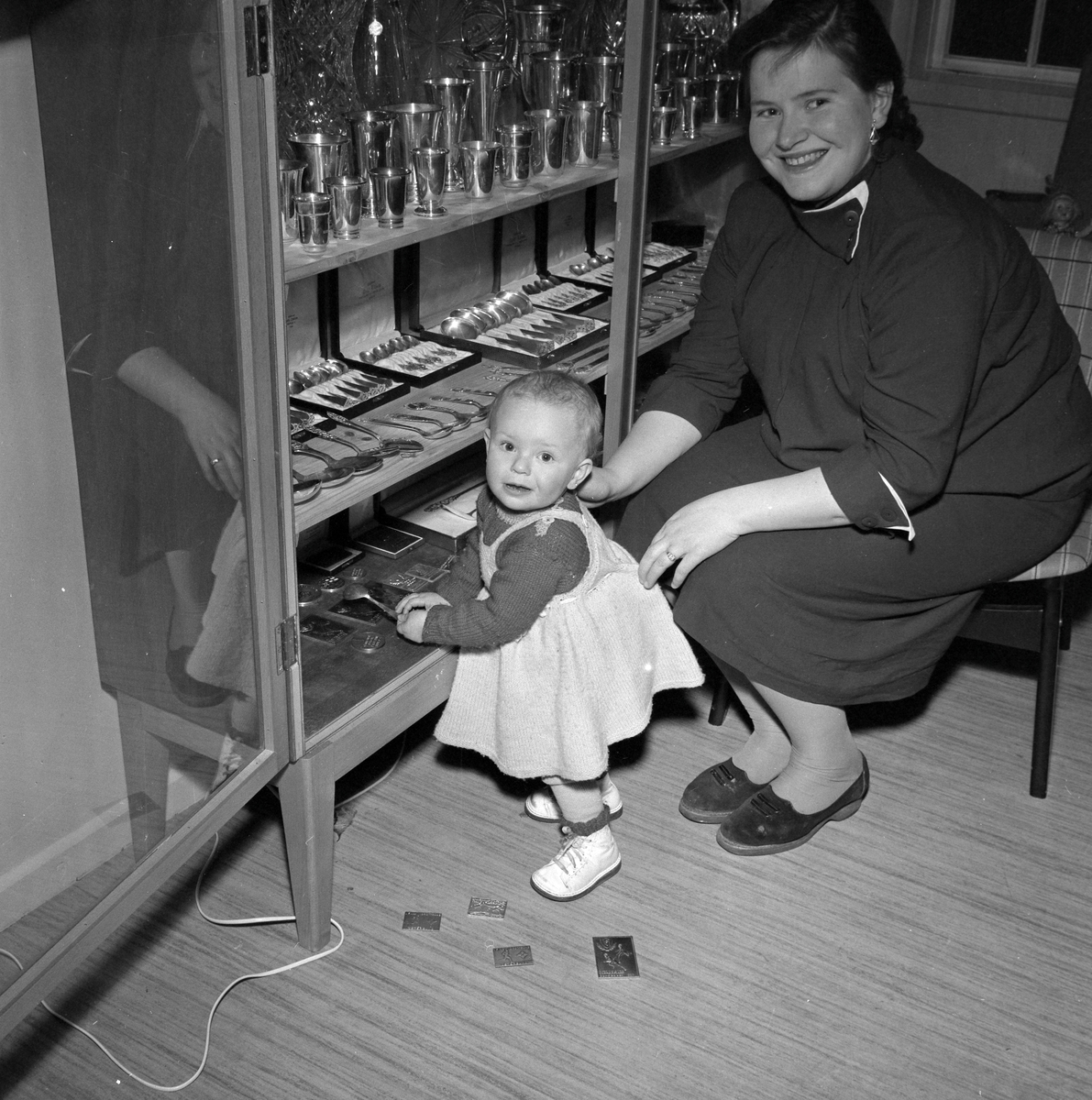 """Astri Larsen med datter ved premieskapet til sin mann Ernst """"Kruska"""" Larsen"""