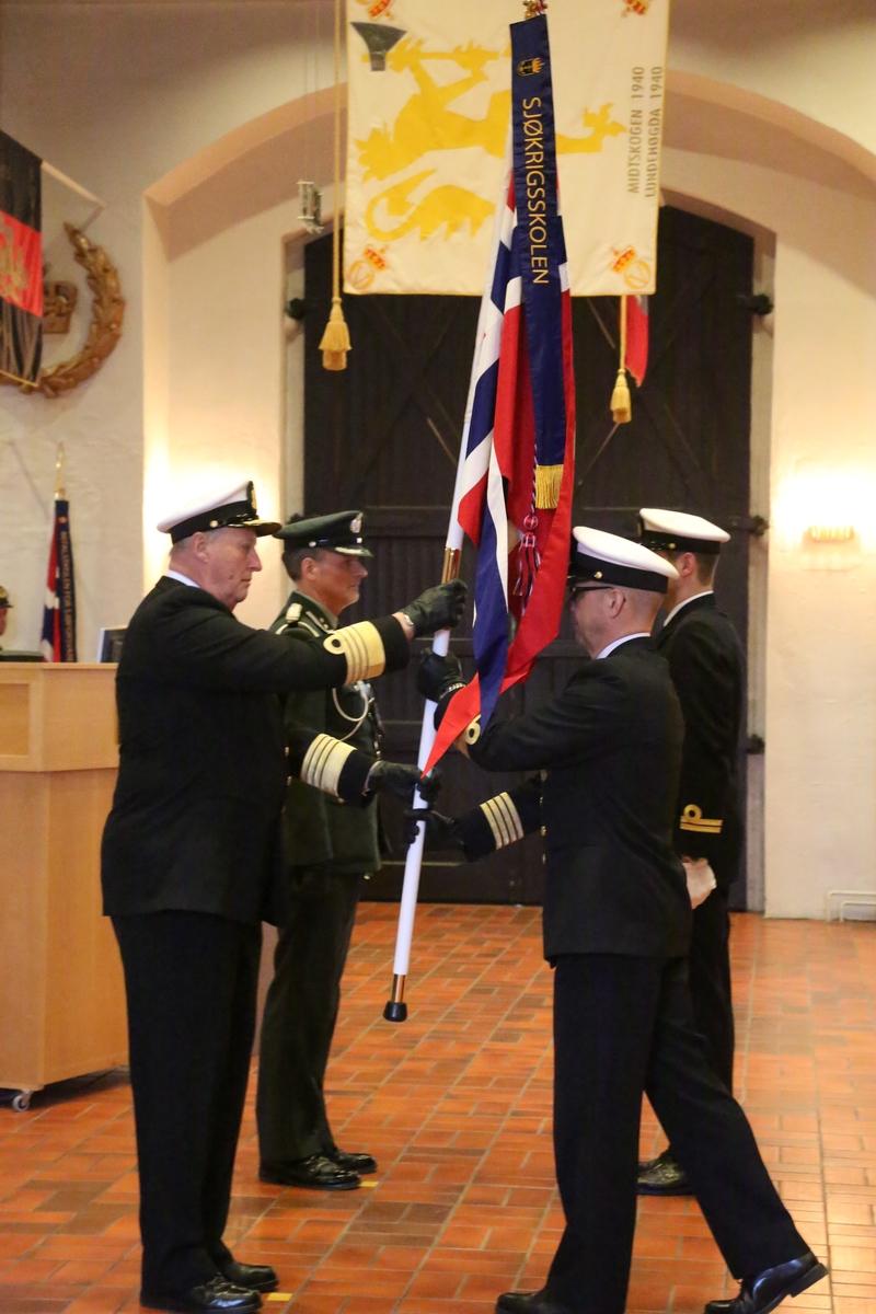 Sjøforsvarets faner består av orlogsflagget på hvit stang, med kongespir og banderole med avdelingens navn og en flaggsnor.