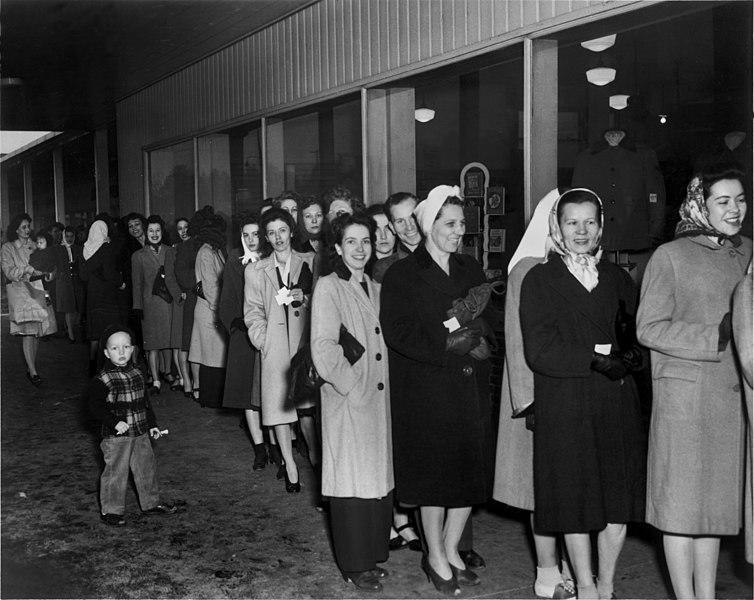Kvinner i kø for å kjøpe nylonstrømper ved Millers department store i Oak Ridge, USA (Foto/Photo)