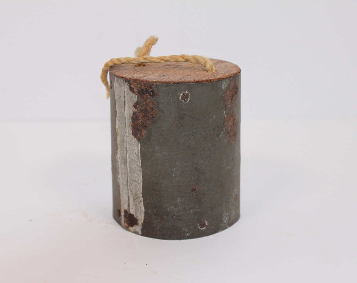 Blikkboks (liten) m/lokk og bærestropp fra København 1807