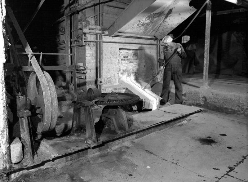 Sodahuset i fabrikkbygningen Klevfos cellulose- & papirfabrikk. Ottar A. Skjerstad ved smelteovnen. (Foto/Photo)