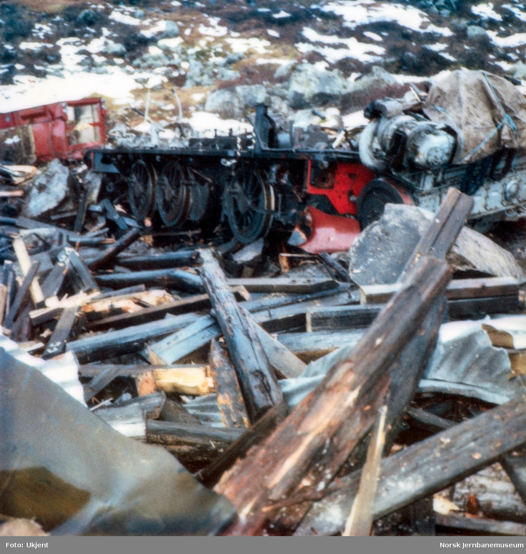 Avsporet diesellokomotiv Di 2 810 i Tjovdalen, vest for Hallingskeid stasjon på Bergensbanen. Lokomotivet fikk store skader. Her er førerhytten og dieselmotoren løftet av lokomotivet