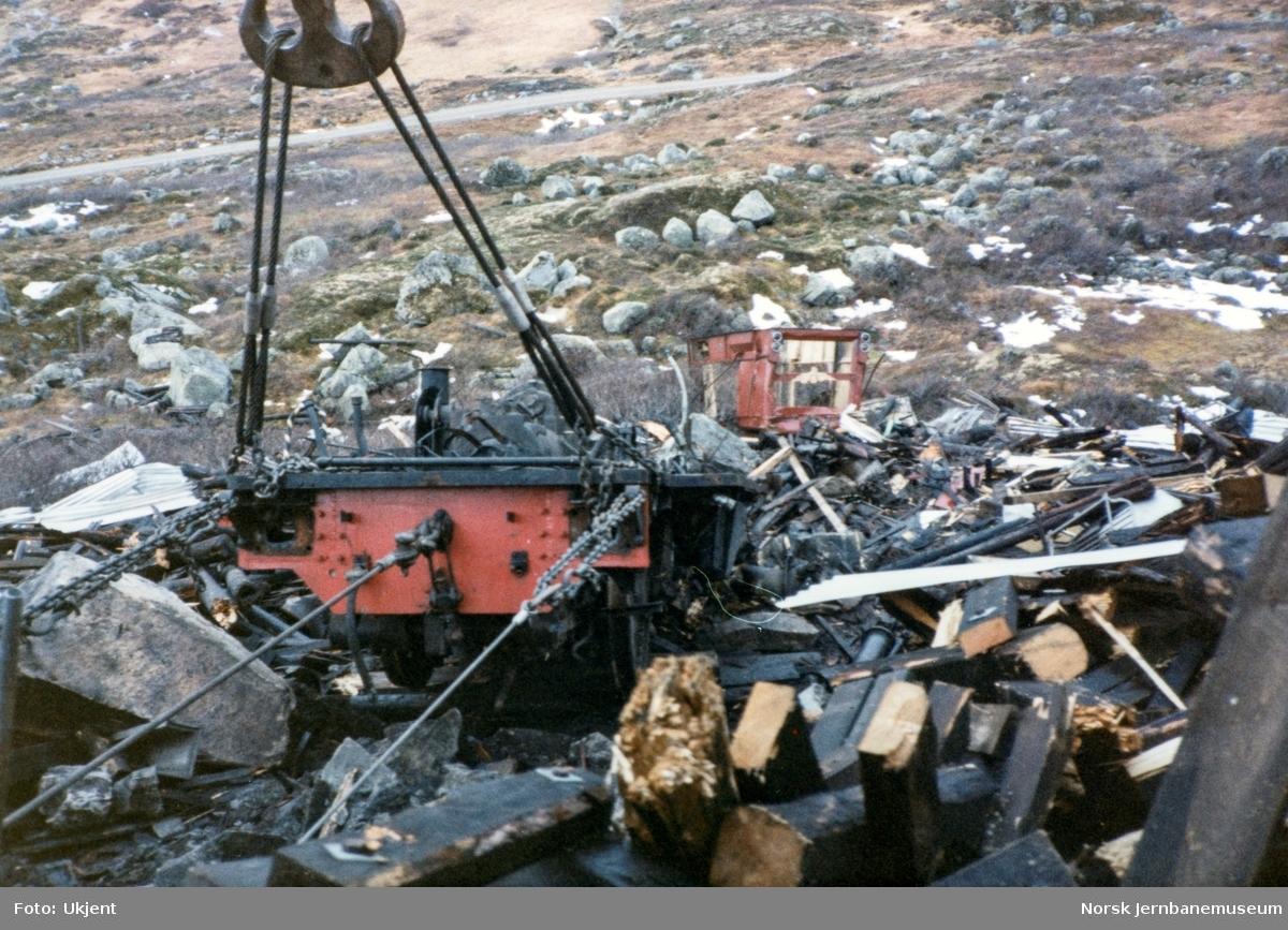 Avsporet diesellokomotiv Di 2 810 i Tjovdalen, vest for Hallingskeid stasjon på Bergensbanen. Lokomotivet fikk store skader. Her løftes ramme og hjul etter at førerhytten og dieselmotoren er løftet av lokomotivet