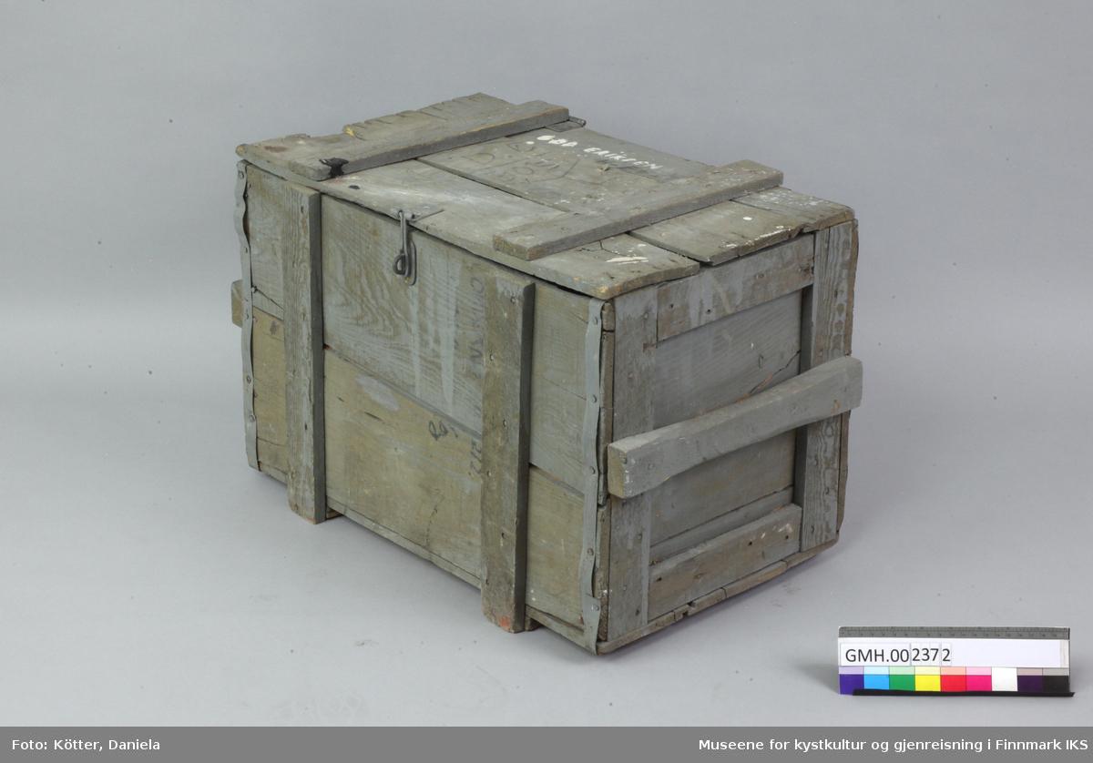 Denne verktøykassa er laget av grove og malt grått. Lokket består av tre enkle bord som er spikret til hverandre med to lektere. Lokket er festet til kassa med to hengsler av metall og lukkes med et todelt metallbeslag. Eieren «Odd Eriksen» har påskrevet navnet sitt på lokket med hvit maling og tilføyet «H-fest» med blyant. Kassens kanter foran og bak er forsterket med metallband. På sidene er det laget håndtak av lektere.