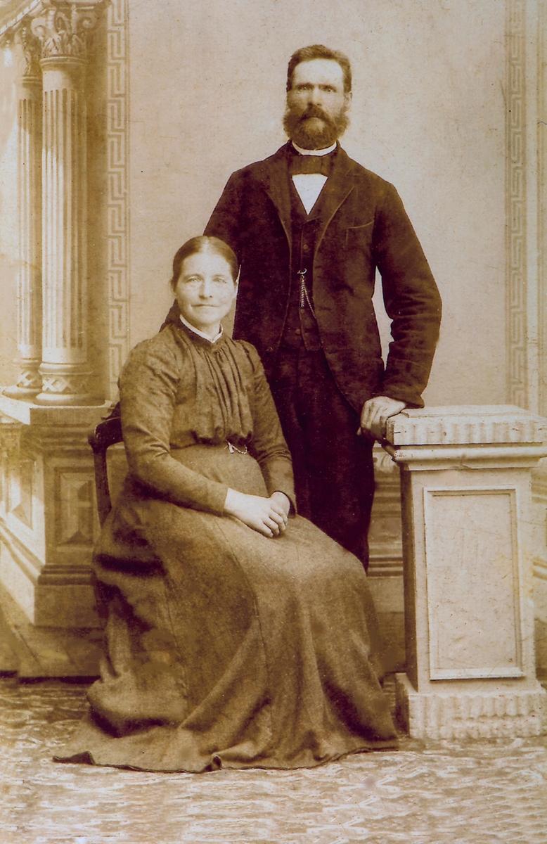 Gruppe 2, Ektepar. Laurits Kristoffer Knudsen (f: 1850 - d: 1943) og ektefellen Marie Andersdatter Knudsen (f: 1854 - d: 1933) Ekteparet fikk tilsammen 10 barn.