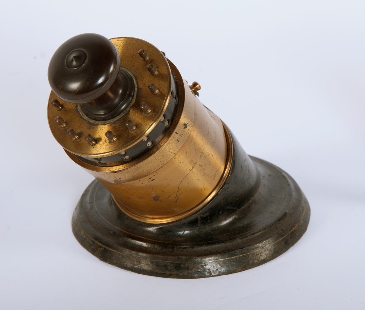 En mekanisk regnemaskin.  6 glidebrytere på forsiden som gjør det mulig å addere eller subtrahere tall fra 0 til 999999 i maskinen. Resultat vises på 12 telletromler på toppstykket. Toppstykket kan tas av og settes på slik at man kan begynne på høyere tall enn første siffer, opp til 6 siffer. Tallet på toppstykket nullstilles ved å dra i fjærbelastet spak på toppstykket når toppstykket er løftet av maskinen. På grunn av slitasje på tannhjul fungerer ikke denne funksjonen og låser alle tromlene i toppstykket dersom den blir utført.  En teller nederst på midtstykket angir antall utførte operasjoner.  Mangler nøkkel.