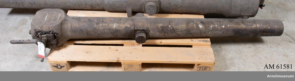 Grupp F I. 4-pundig bakladdningskanon, 12-räfflad, Preussen. Krupps system med flackkil. På bakstycket står GUSSSTAHL. F. KRUPP. ESSEN 1865. Är skänkt av herr Friedrich Krupp i Essen till svenska artilleristyrelsen.