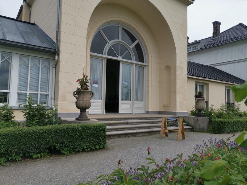 Inngang museumbutikken på hagesiden