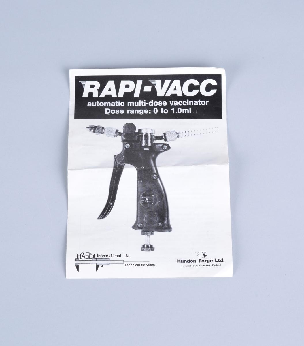 Vaksinepistol av merket Rapi-Vacc. Automatisk multi-dose vaksinator.  Hver dose er fra 0 - 1,0 ml Med pistolen følger en tynn hvit gummislange med injeksjonsnål (?), Ventilasjonsrør (?) samt det som trolig er ulike reservedeler.   Vedlagt brosjyre fra leverandøren og brev fra Proffesor Tore Håstein