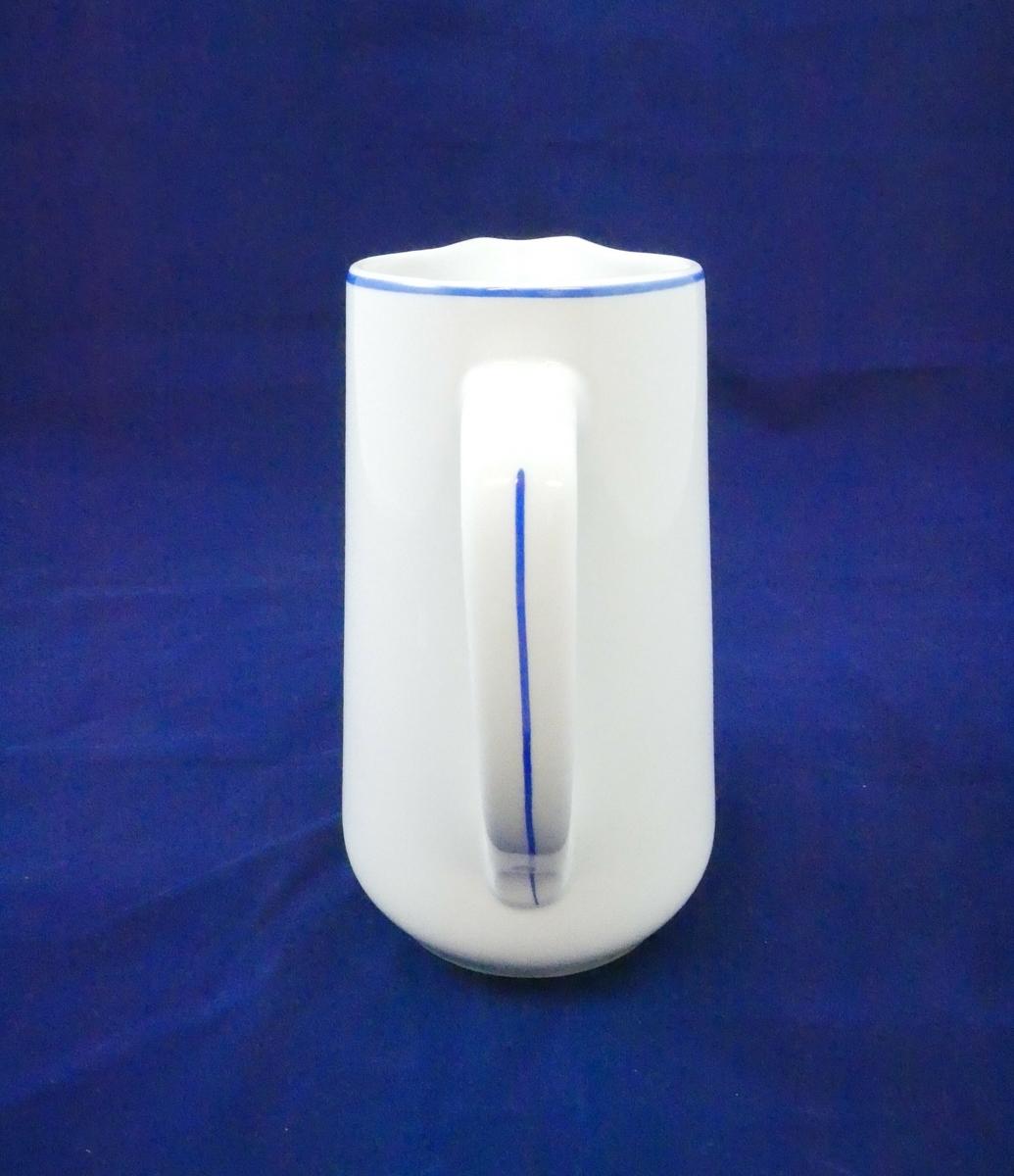 Hvit porselenskanne med håndtak på den ene siden. På håndtaket og rundt kanten på kannen er det en blå stripe. Den ene siden smalner ut og danner en tut
