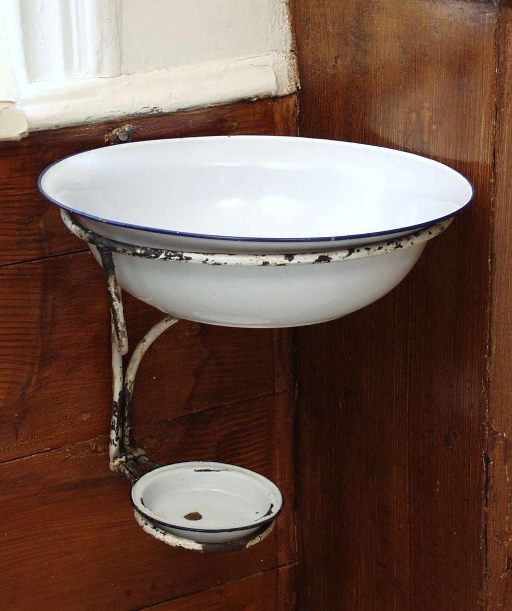 Veggfast stativ til vaskevannsfat.