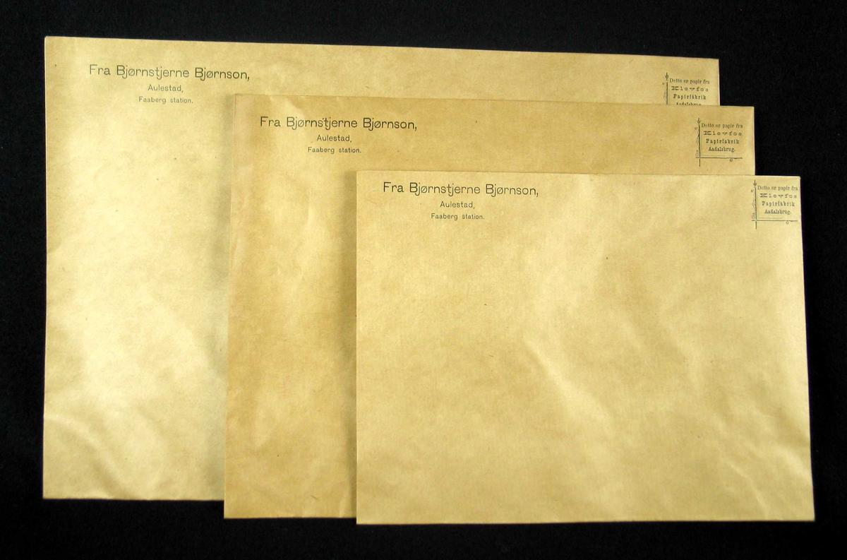 En bunke med konvolutter: 35 store, 36 små og en middels stor. Mål 19,5x25, 29x23 og 37x25cm.