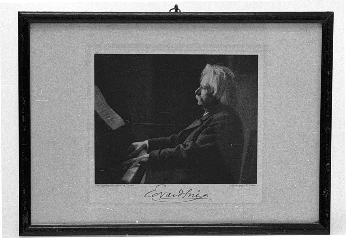 Portrett av Edvard Grieg som spiller piano.