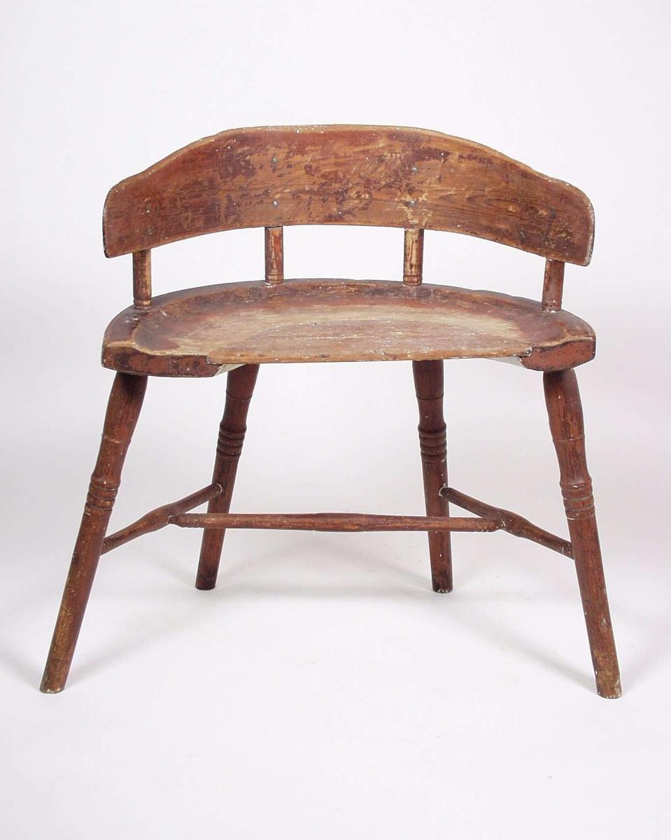 Stolen er av bjørk og har vært rødmalt. Beina og ryggsprossene er dreid.