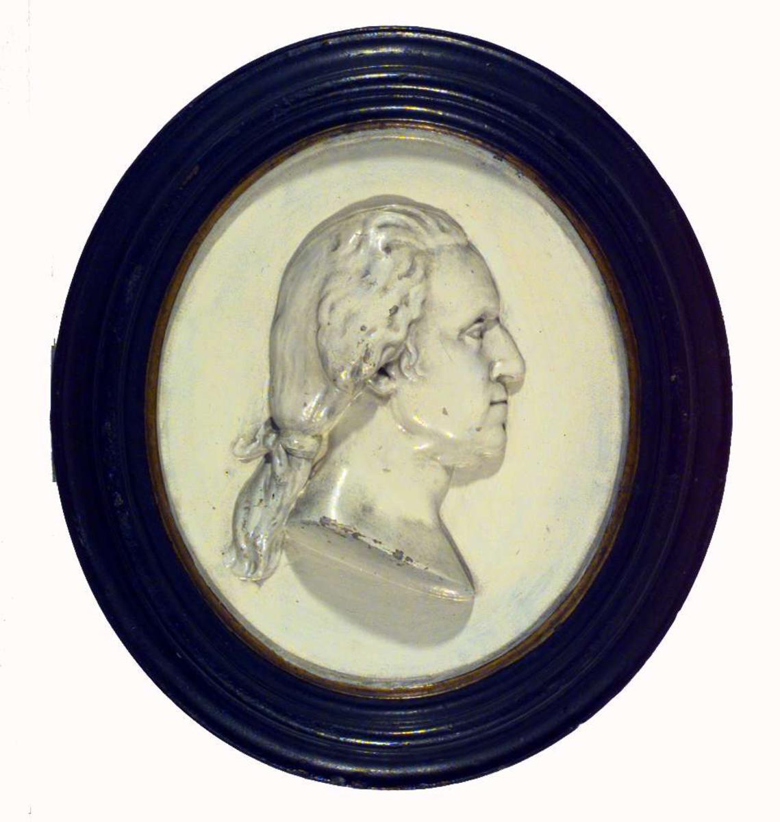 Et mannshode i relieff, sannsynligvis Carl von Linné.