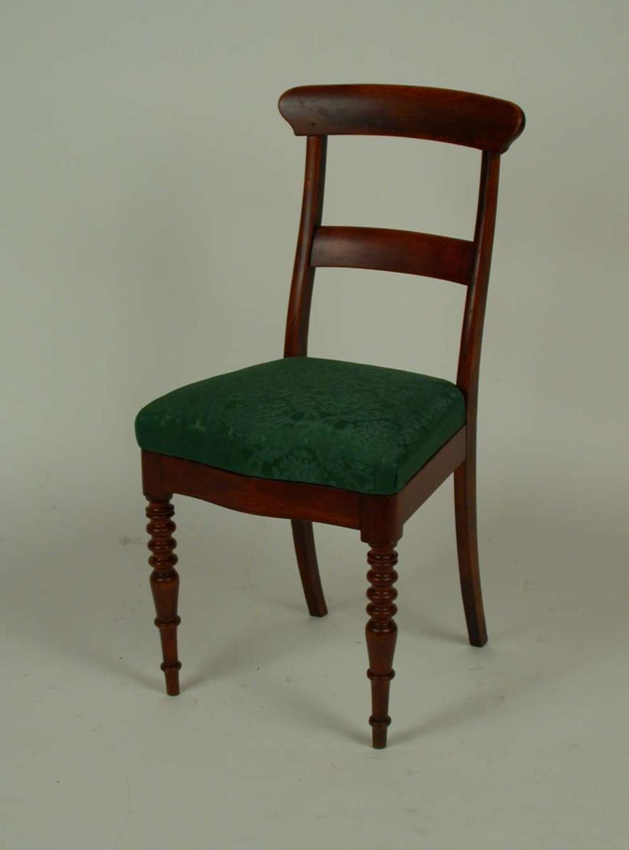 Salongen består av bord, sofa og 5 stoler.