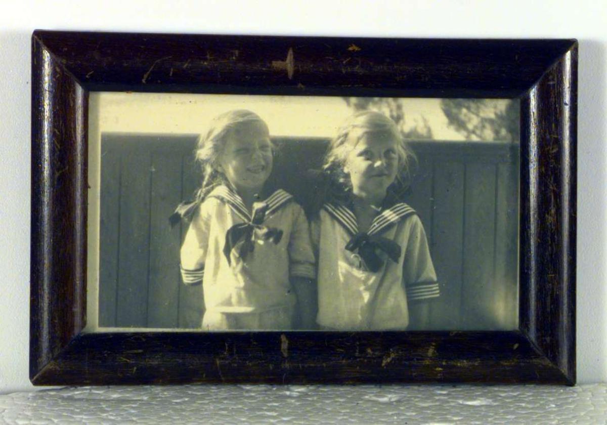 To små piker i matroskjoler, søstrene Charlotte og Sigrid Thomas.