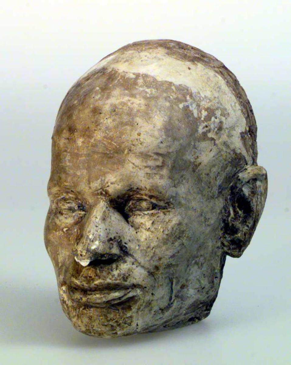 Gipsmaske av Anders Castus Svarstad. En bit av nesetippen er falt av.
