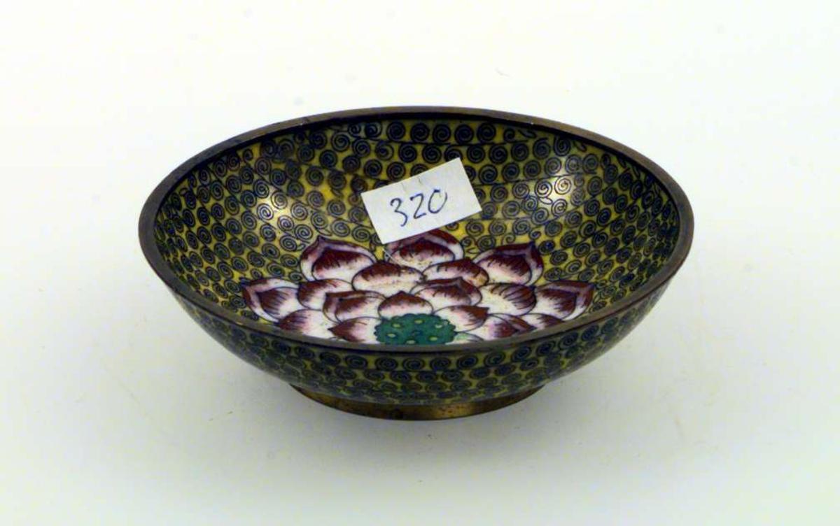 Askebeger i kobber med emaljert dekor. Motivet er en rose i rødt og rosa omgitt av krusedullemønster i sort på gul bunn.