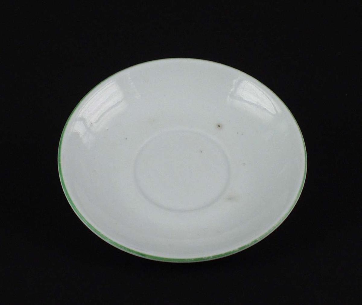 Hvit skål med grønn rand langs kanten.