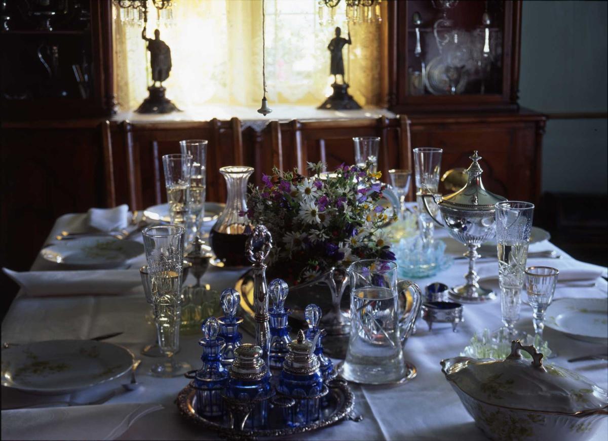 1995:Til bords med BB, spisestue, spisebord, glass, blomster, servis,