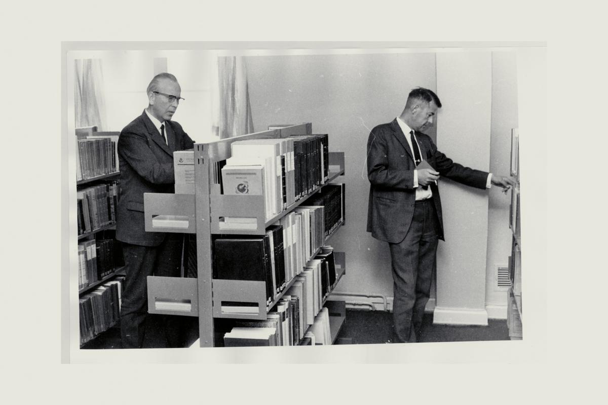 interiør, postbiblioteket, Oslo, reoler, bøker, to menn