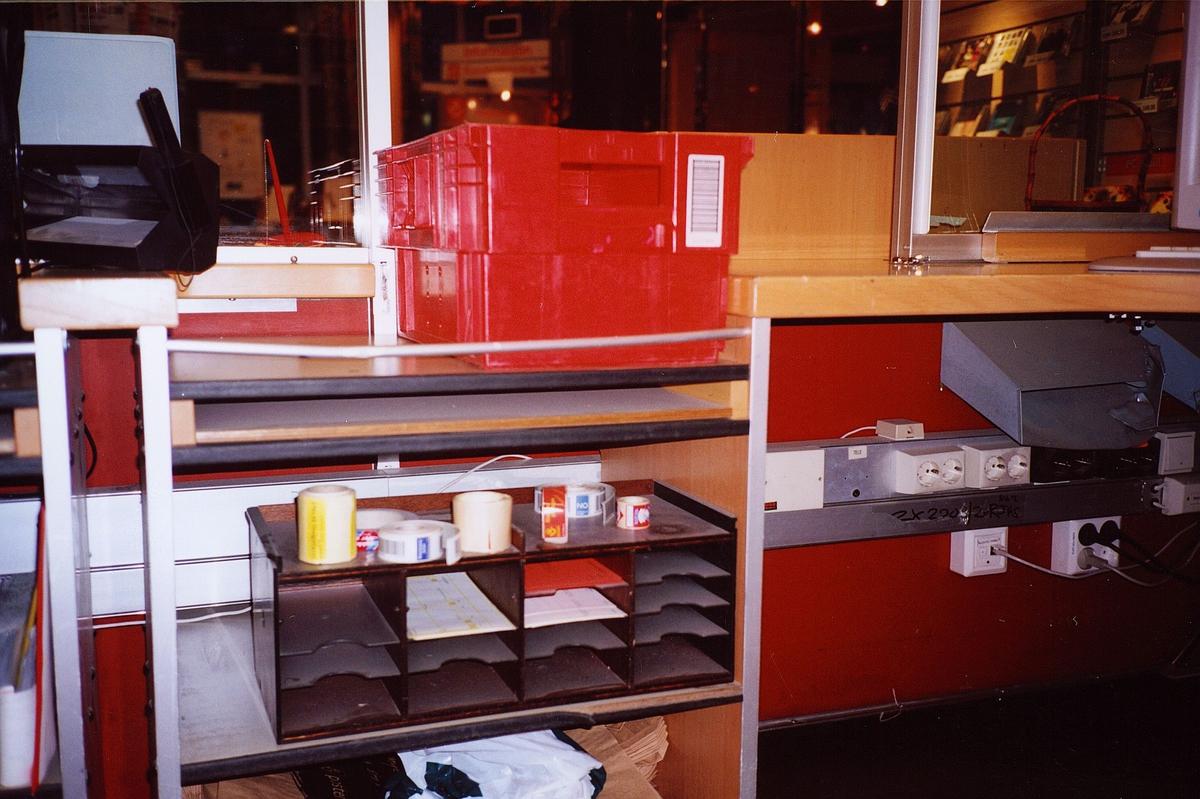 interiør, postkontor, 2000 Lillestrøm, kassett til post, blanketthylle med blanketter, bak skranken