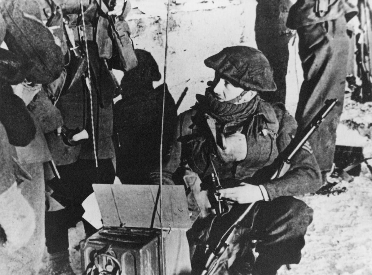 krigen, 2. verdenskrig, Måløyraidet 27. desember 1941, soldater på land, sambandsutstyr, gevær