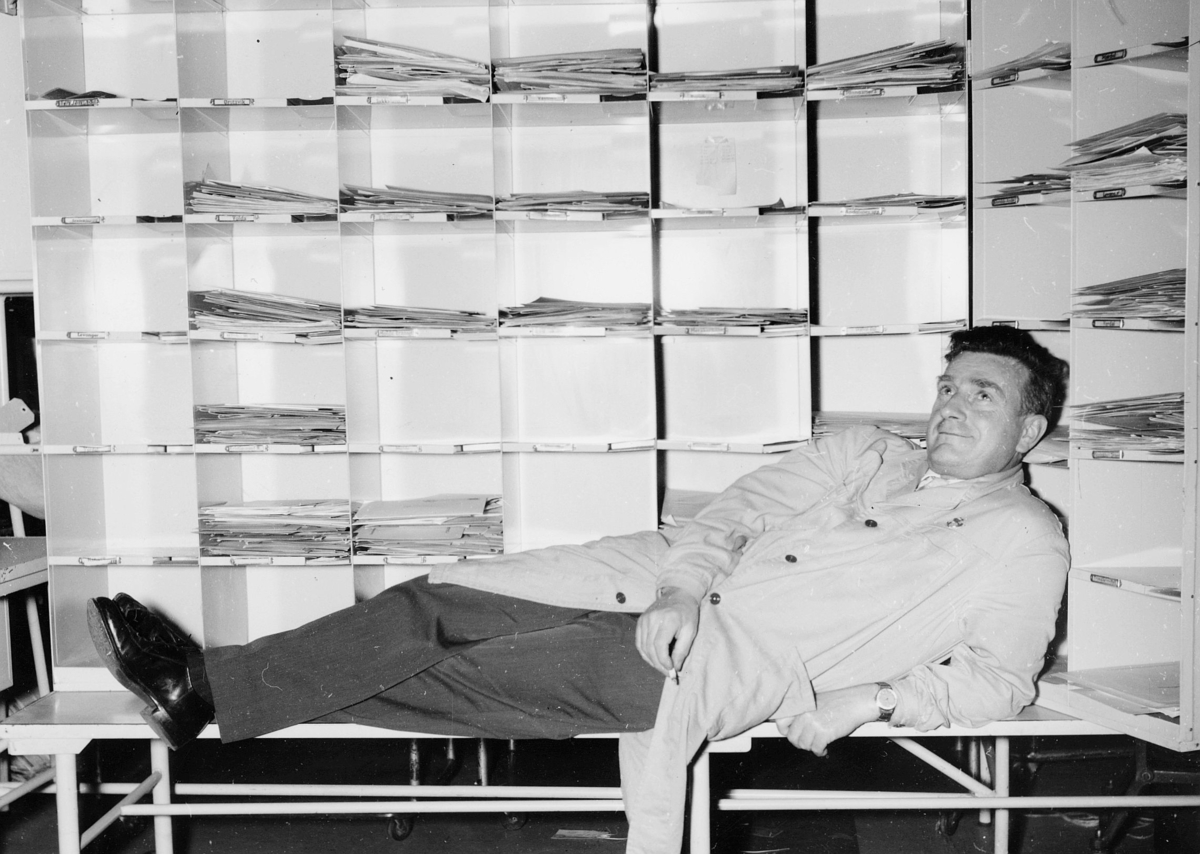 postbehandling, sortering, pause foran sorteringsreoler, mann med sigarett