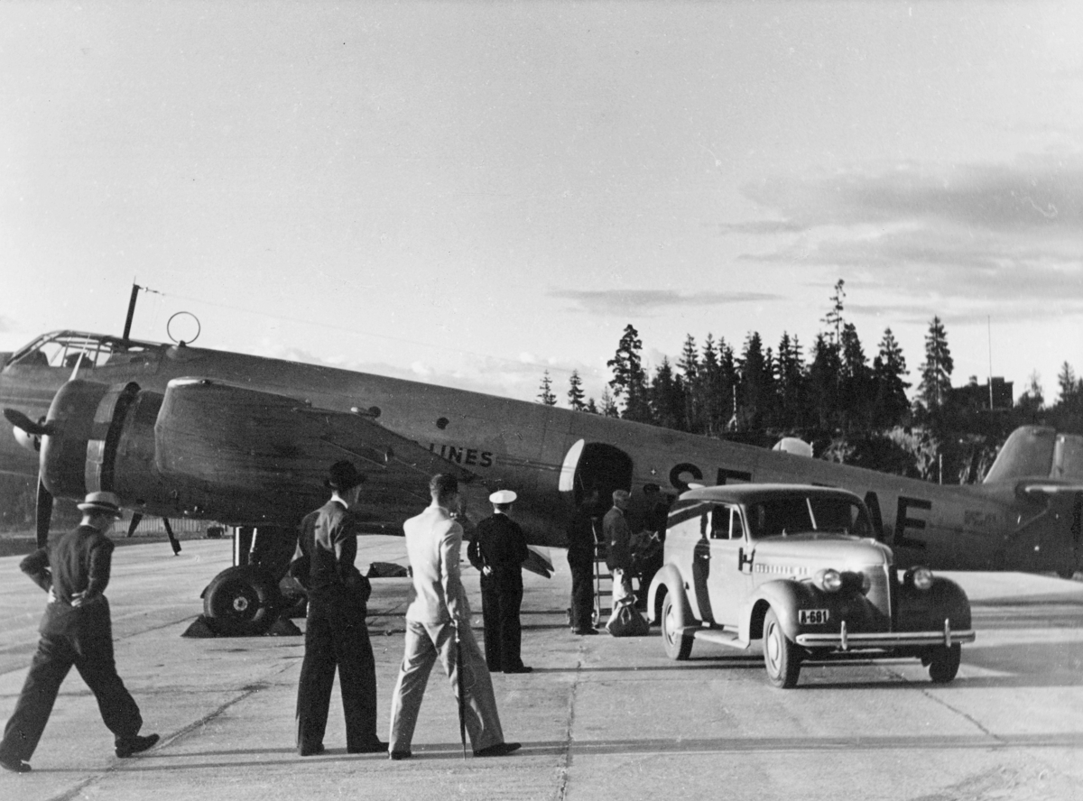transport, fly, Junkers 86, eksteriør, Fornebu, lasting, bil, menn, på bakken. Chevrolet varebil, årsmodell 1939.