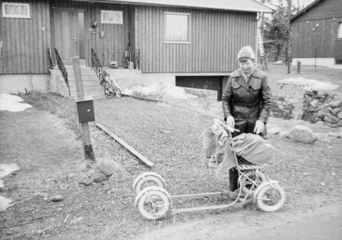 omdeling, 3155 Åsgårdstrand, postbud, kvinne, sparkstøtting med hjul, postkasse, uten uniform