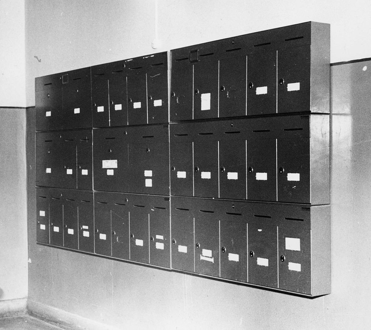 postkasser, private, postkasseanlegg, festet på vegg, interiør