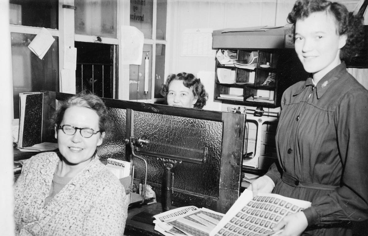 Ruth Hjorth, Anny Gusdal Nilsen, Marie Madsen Larsen, Bergen postkontor, julen 1951, interiør