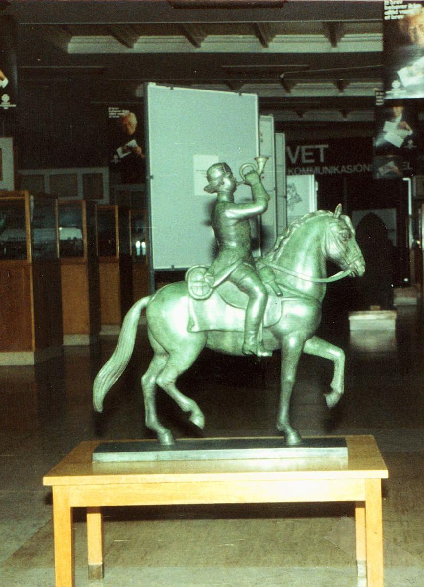 postmuseet, Dronningens gate 15, utstilling, statue av postrytter som blåser i posthorn