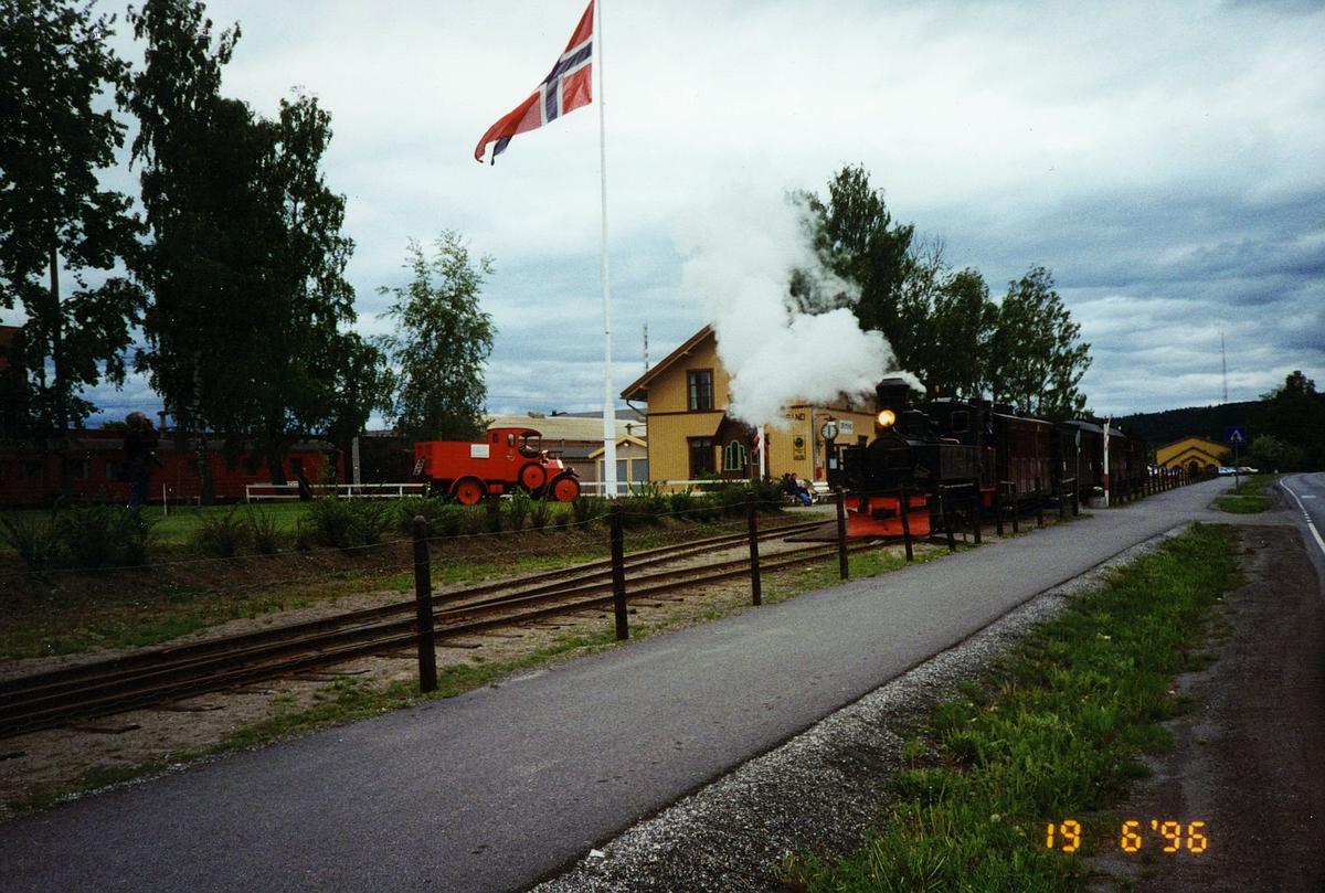"""postmuseet, transport, bil, lastebil, Fiat 15 TER, T511, modell 1914, Bertram på tur til """"Tertitten"""" Urskog-Hølandsbanen 19.06.1996, UHBs stasjonsbygning, Sørumsand, tog"""