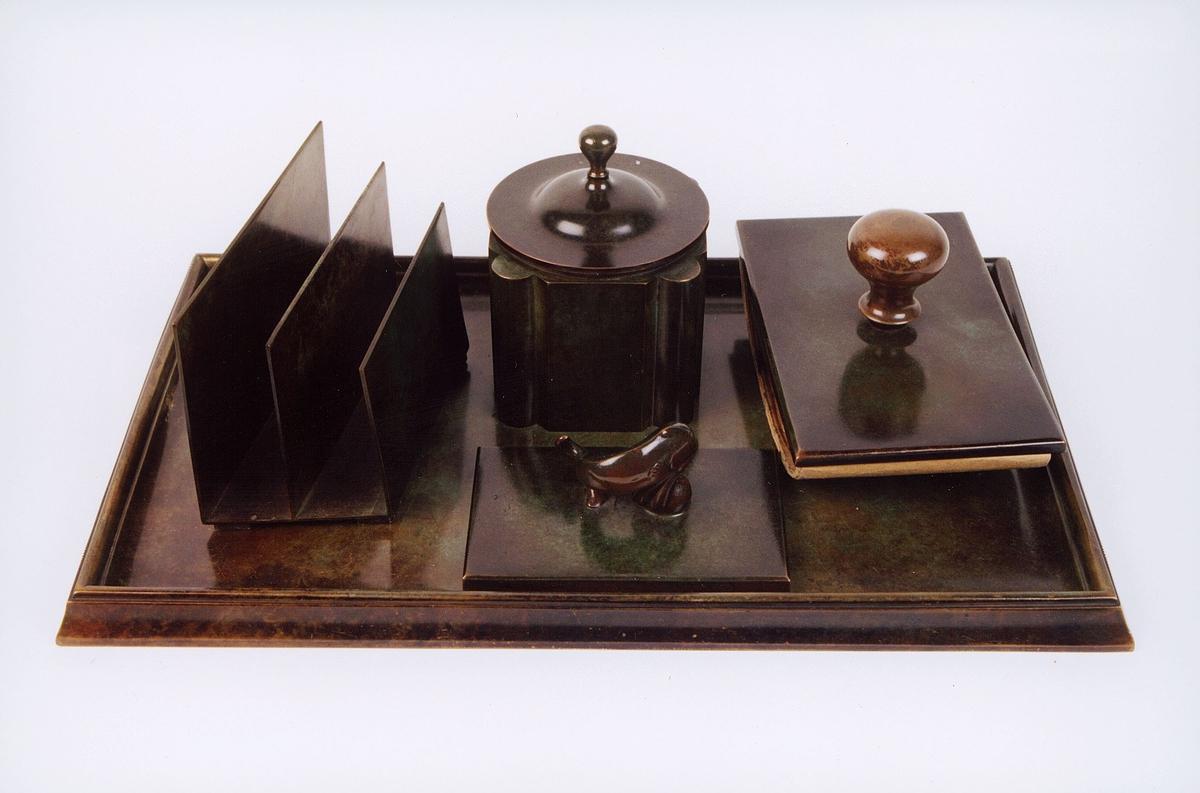 postmuseet, gjenstander, skrivehjelpemiddel, skrivesett med blekkhus, løsjer, brevpresse og brevordner, Just Andersen skrivebordsgarnityr