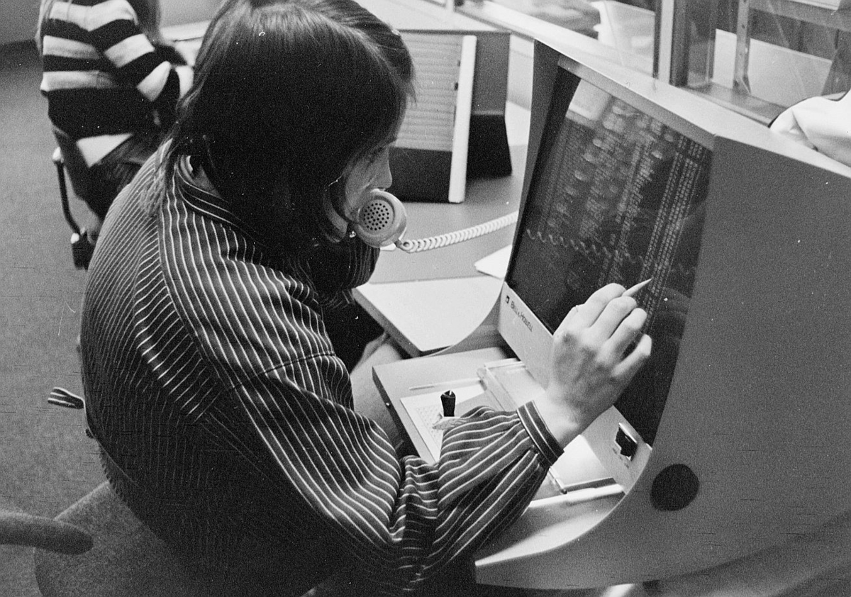 postsparebanken, Akersgata 68, Oslo, 25-års jubileum, 1975, interiør, 1 dame, EDB-skjerm