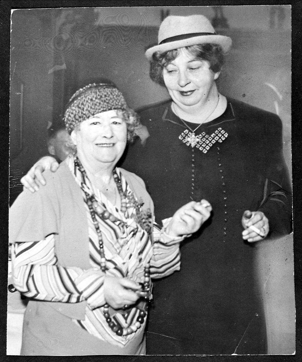 To kvinner, hatt, sigarett