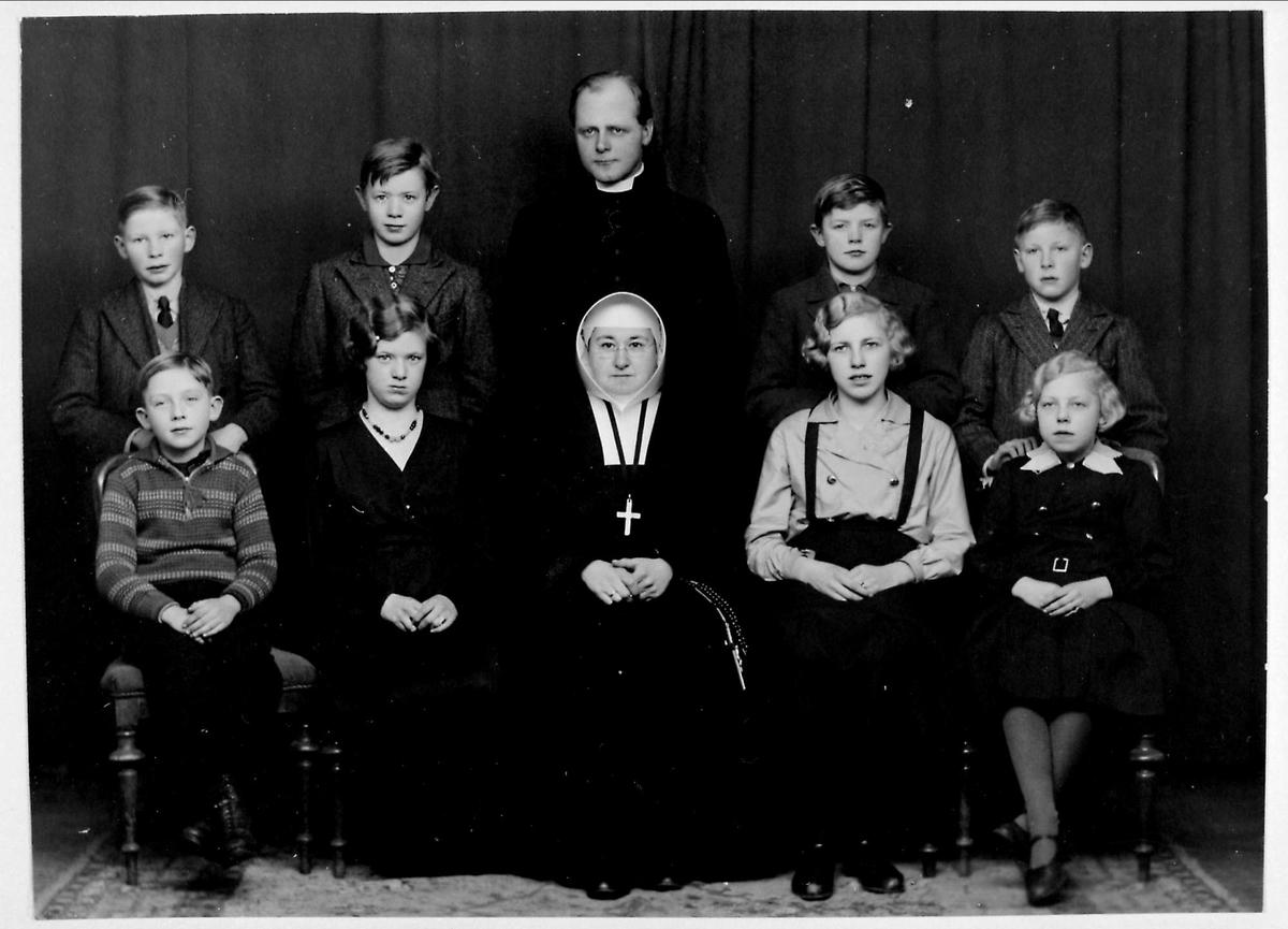 Nonne, elever, prest, skole