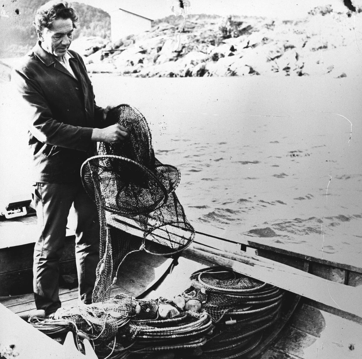 Mann ombord i båt, ordner med åleruser.